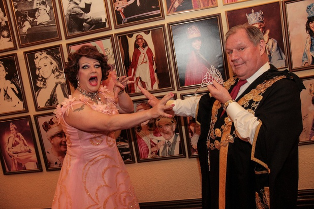 5 Good Reasons to see Dolly Diamond The Real Queen Of Moomba